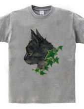 黒猫の横顔とアイビー