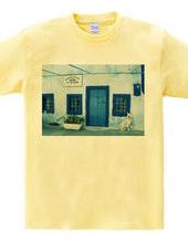 白い壁青いドア、そして犬