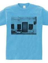 白い壁青いドア、そして犬B/W