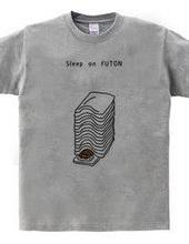 重ねた布団で寝る