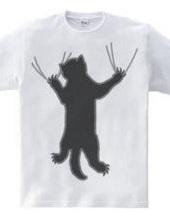 しがみつく黒猫