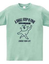 小さな一歩を踏み出す猫