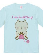 編み物中猫
